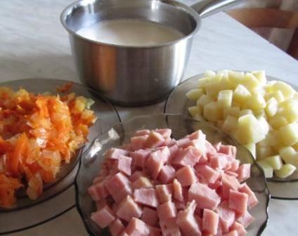 2. Морковь и лук измельчаем и обжарим на растительном масле. Картошку режем кубиком и отвариваем в подсоленной воде. Ветчину режем кубиком.