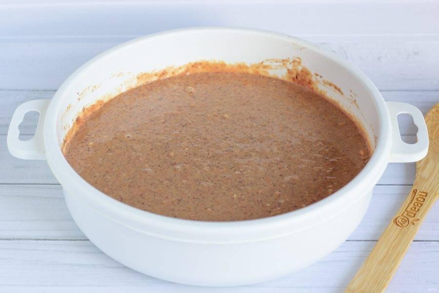 Добавьте оставшиеся ингредиенты: яйцо, сметану и муку. Перемешайте до однородности. Посолите и поперчите по вкусу.
