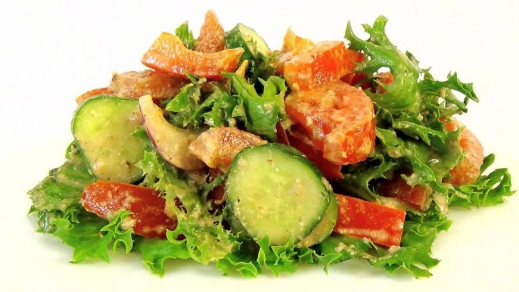 3. Выложите все ингредиенты на листья салата. Добавьте по желанию немного зелени. Приятного аппетита!