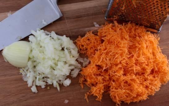 Вторую морковь натереть на терке, лук порезать кубиками.