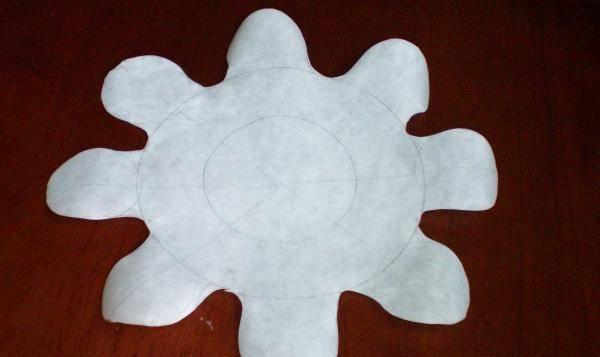 5. Из бумаги вырезаем форму штурвала, прикладываем ее к чуть остывшим коржами обрезаем каждый в соответствии с ней. Отрезанные части не выбрасываем.