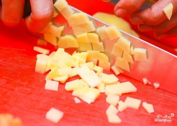 6. Измельчите очищенный картофель и нарежьте помидорки.