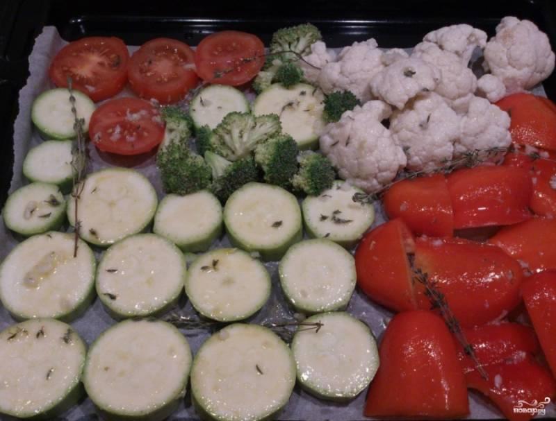 Если вы хотите сделать более-менее настоящие овощи-гриль в духовке, вам понадобится решетка. Ее можно поставить на противень. Сверху просто кладете овощи. У меня такой решетки нет. Я пошла на хитрость. Постелила на поднос пергаментную бумагу. Нарезаем овощи на удобные кусочки или дольки. Промазываем их масляным маринадом.