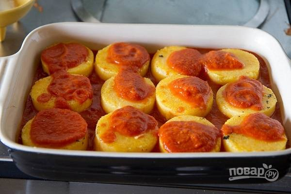 4. Оставшийся соус распределите сверху и отправьте форму в разогретую духовку.