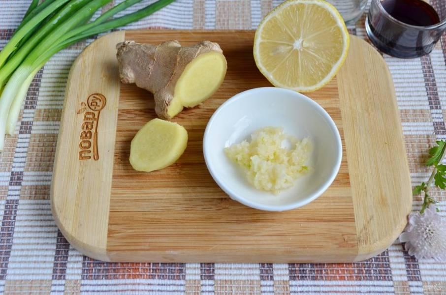 Из лимона выдавите сок, чеснок пропустите через пресс, корень имбиря очистите от кожуры. Возьмите примерно 1 см и порубите мелко кубиками.