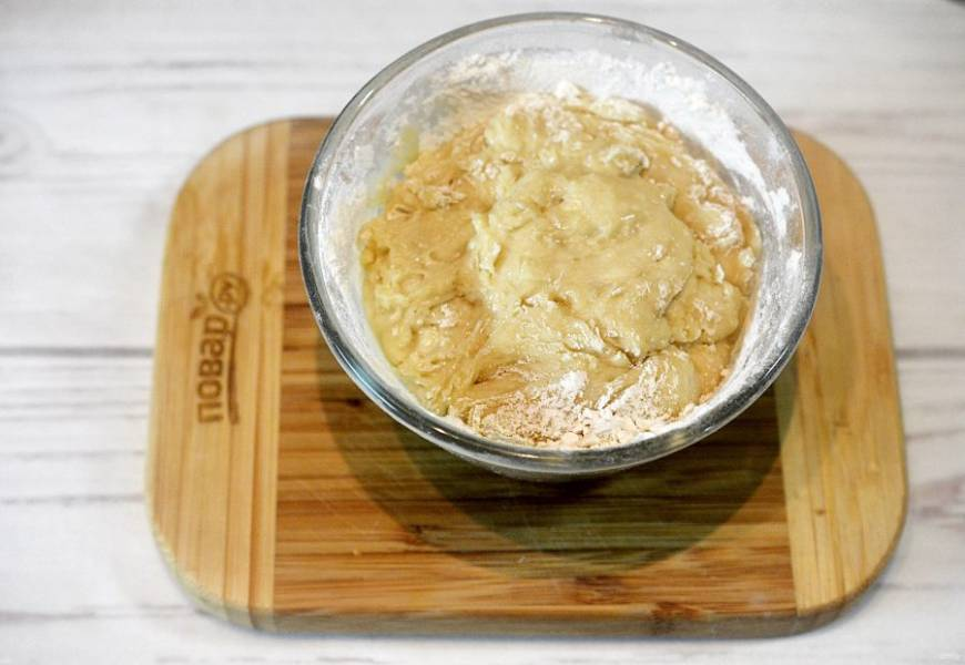 1. В теплое молоко добавьте сахар, дрожжи и дождитесь пенной шапочки. Добавьте остальные ингредиенты и замесите тесто. Оставьте на 30 минут в теплом месте и дайте подойти.