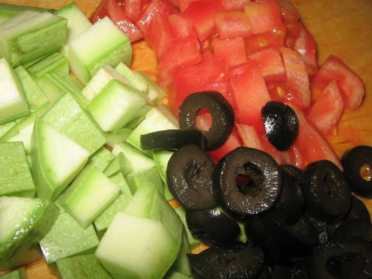 Нарезаем кабачки, морковь и помидоры кубиками, а оливки колечками.