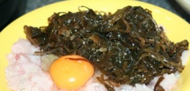 3. Добавляем в фарш яйцо, приправы и размягченный хлеб. Солим и перчим по вкусу и пропускаем через блендер еще раз.