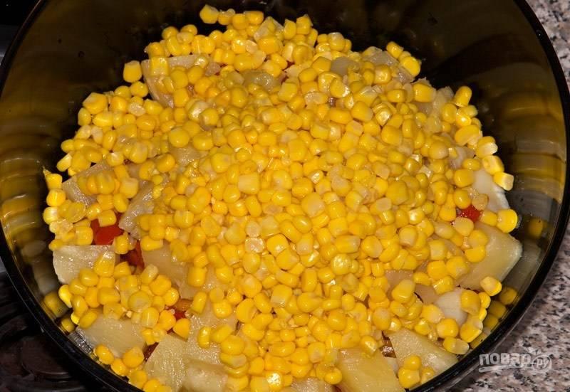 Добавьте в салат кусочки ананаса и кукурузу.