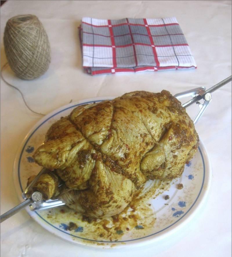 5. Нанизываем курочку на вертел, освобождаем духовку.
