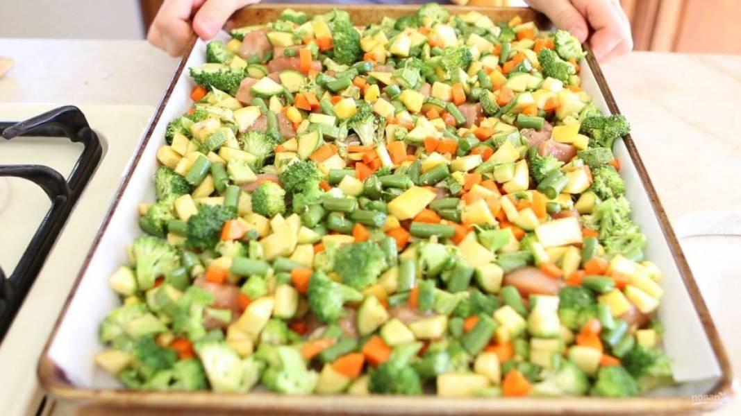 7. Потом все ингредиенты переложите на противень. Отправьте его в духовку на 15 минут при 180 градусах.