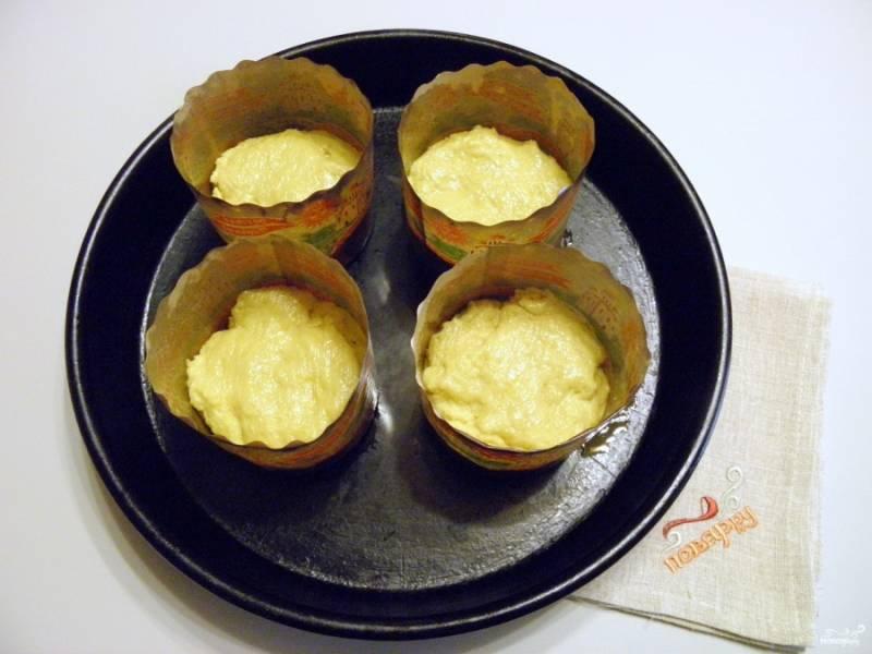 Смажьте формочки любым кулинарным жиром или растительным маслом рафинированным. Наполните тестом наполовину, не больше, тесто хорошо поднимается! Дайте куличам 20-25 минут расстойки. Испеките куличи при 180 градусах (минут 30-40), следите.