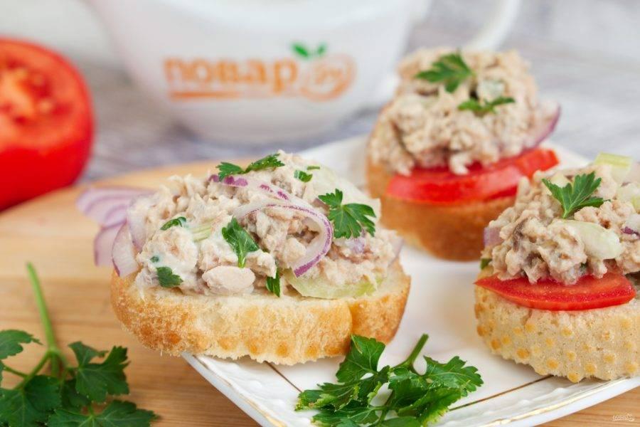 Салат с тунцом готов! Его можно подать на ломтике хрустящего багета с помидором и свежей петрушкой.