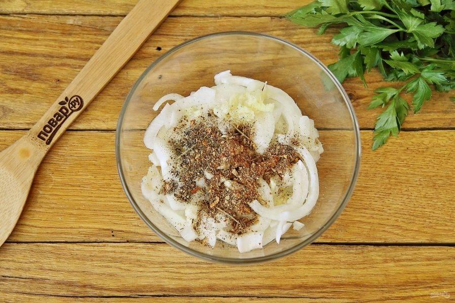 Добавьте к луку и чесноку растительное масло, уксус, соль и специи для шашлыка.