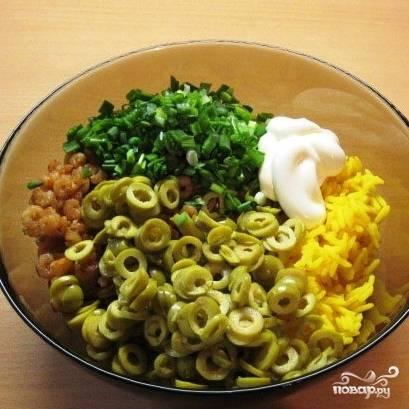 Смешать рис, креветки с чесноком, оливки, мелко нарубленный зеленый лук и майонез. Перемешать и отправить салат в холодильник.