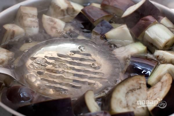 3.Отправляю кастрюлю на огонь и довожу до кипения, затем варю 5 минут, прижимая баклажаны шумовкой, чтобы они не всплывали. Варю овощи до готовности, после этого сливаю воду.