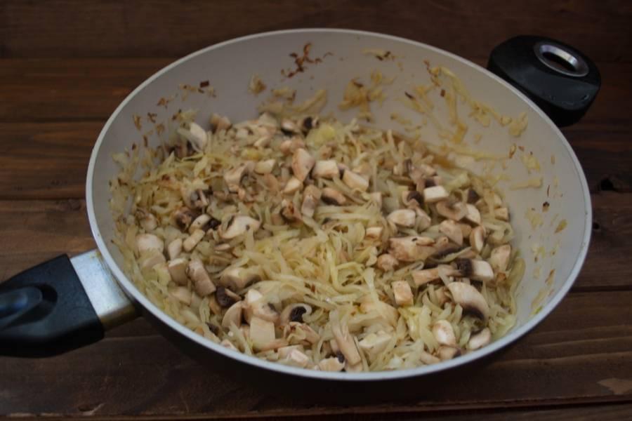 Добавьте нарезанные шампиньоны. Тушите еще 10 минут. Капусту посолить, поперчить, добавить специй по вкусу.