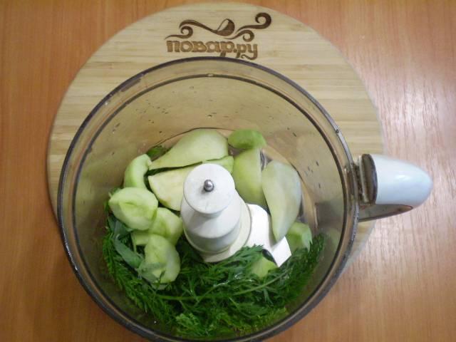Сложите в чашу блендера фрукты, зелень, воду влейте.