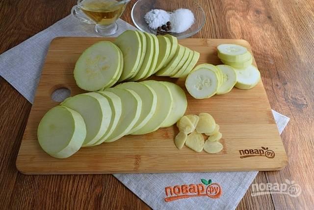 Нарежьте кабачок кружочками толщиной в 1 см. Чеснок — тонкими ломтиками.