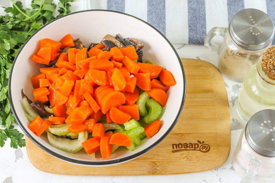 Отварную морковь очистите от кожуры, промойте в воде и нарежьте кубиками. Добавьте в емкость к остальным ингредиентам.