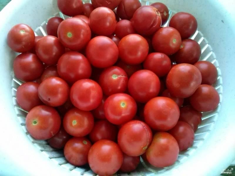 Если помидоры большого размера, нарежьте ломтиками. У меня черри, я их оставила целыми.