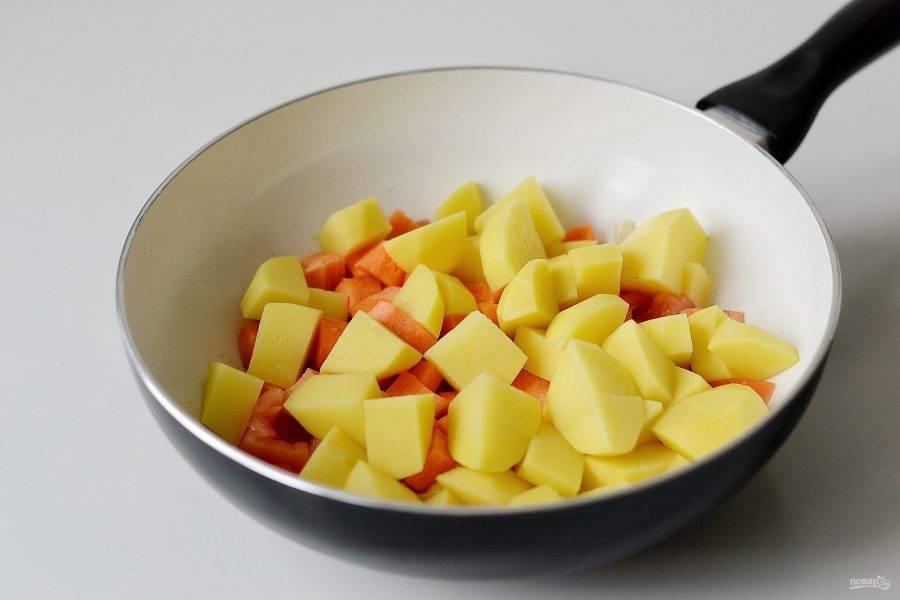 Добавьте картошку, морковь и помидоры. Перемешайте, посолите и поперчите.