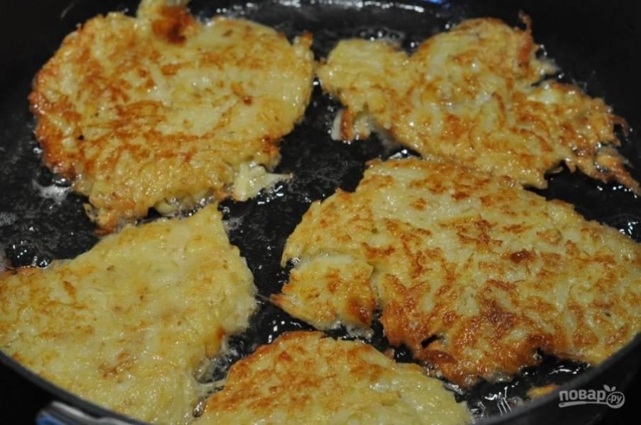 Поставьте на плиту сковородку, влейте в нее растительное масло. Когда оно разогреется, выкладывайте ложкой на сковородку картофельную смесь, формируя что-то наподобие оладий. Обжаривайте драники до золотистого цвета с обеих сторон.