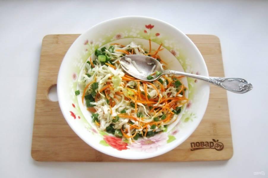 Посолите и перемешайте все ингредиенты салата.