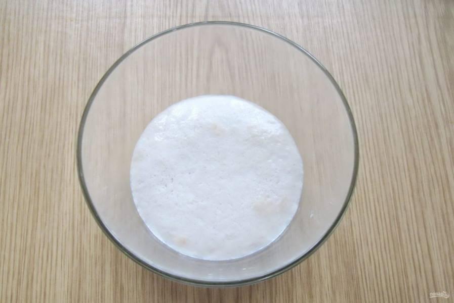 Молоко подогрейте до температуры 35-36 градусов. Добавьте дрожжи и столовую ложку сахара, перемешайте. Дайте этой смеси постоять 10-15 минут, пока она не вспенится.