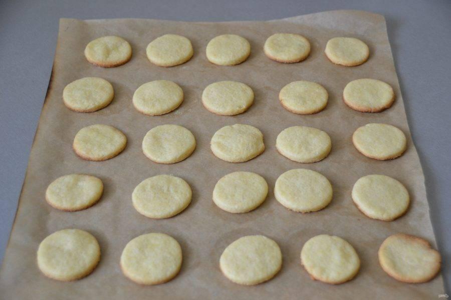 Выпекайте печенье в духовке, разогретой до 180-200 градусов, минут 10-12, контролируйте процесс выпечки.