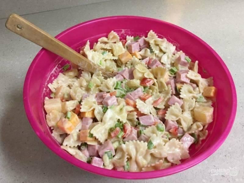 9.Из представленных ингредиентов получается 8-10 порций, салат настаиваю пару минут, а затем уже подаю к столу.