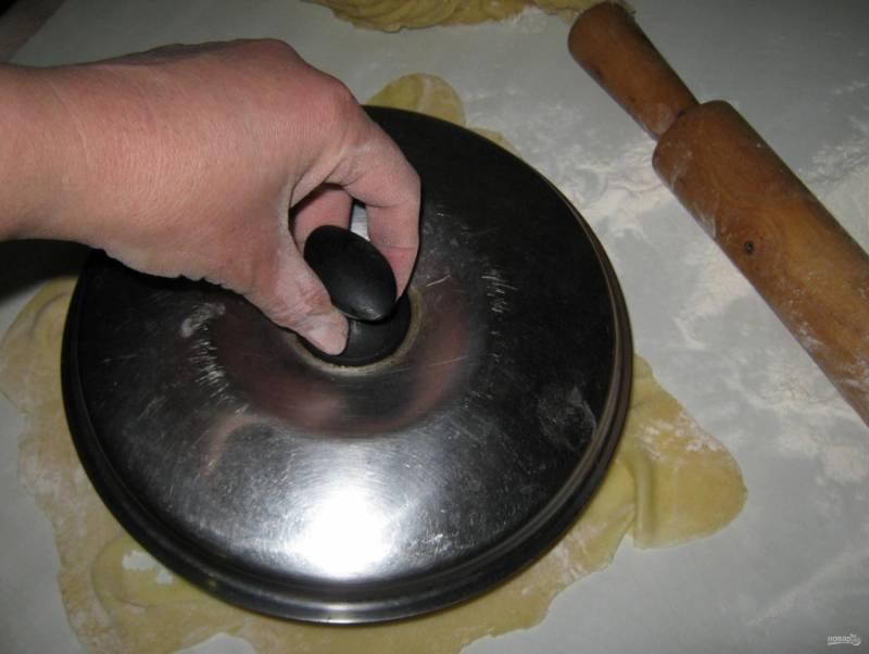 8. Раскатываем очень тонкие коржи и отправляем их запекаться в духовку. Выпекаются коржи при температуре 180 градусов не более 10 минут. За это время вы успеете раскатать следующий.
