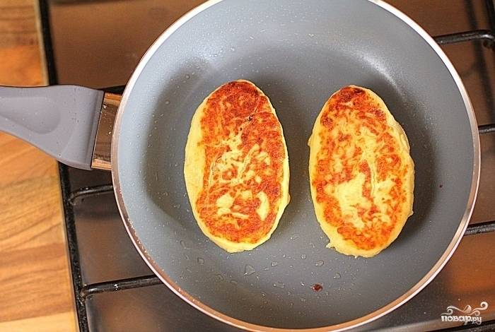 5.Затем переверните пирожки на другую сторону и также обжарьте их до золотистости. Постные картофельные пирожки готовы! Приятного аппетита!
