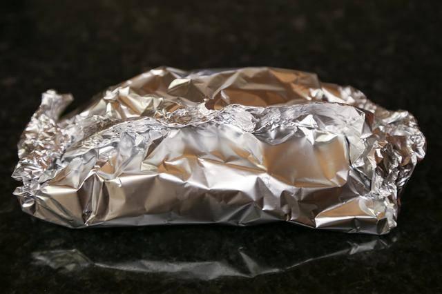 5. Лист фольги завернуть в плотный конверт и отправить в разогретую духовку на 15-20 минут. Этот рецепт также можно использовать для приготовления кабачков на мангале.