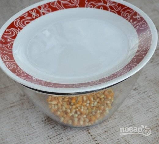 3. Накройте второй тарелкой и отправьте в микроволновку. Установите максимальную мощность на 4-5 минут, а дальше смотрите по ситуации.