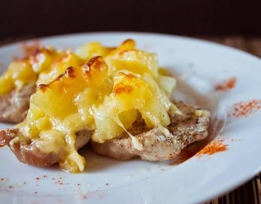 3. Вот так выглядит готовое блюдо. Если есть время, переложите мясо прямо вместе с сковородой в духовку на 5-10 минут, чтобы получилась сырная корочка, как на фото. Готово!