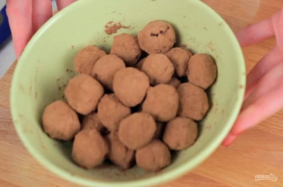 3. Оставьте массу в морозилке для того, чтобы она немного затвердела. Когда ее можно будет скатывать руками, сформируйте из массы шарики и обваляйте их в какао.