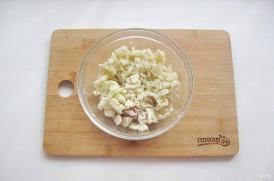 Цветную капусту варите до готовности в подсоленной воде. После немного охладите и мелко нарежьте. Добавьте в миску с курицей.