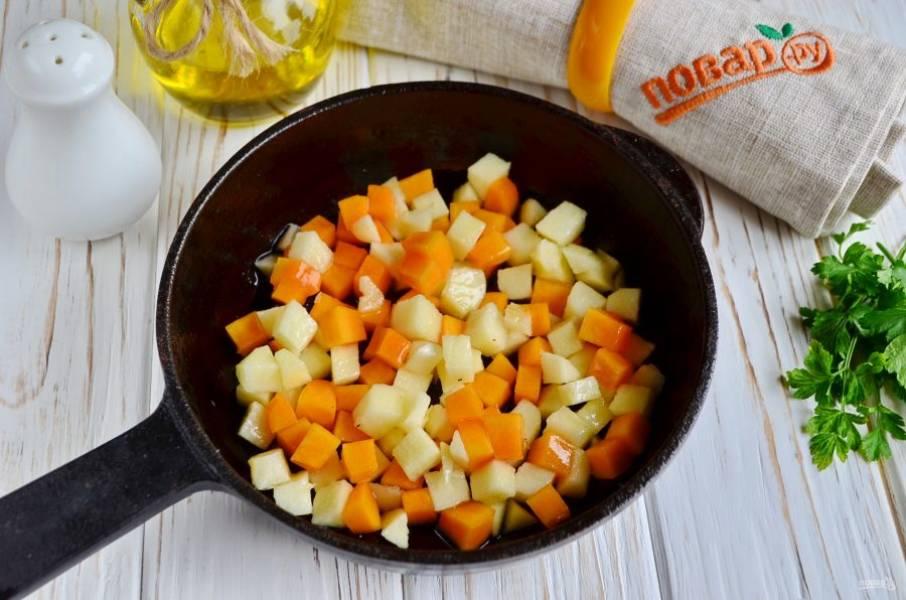 На жиру от жарки бекона и тыквенном масле обжарьте тыкву и яблоки до готовности. В конце добавьте тыквенные семечки и минутку подрумяньте их.