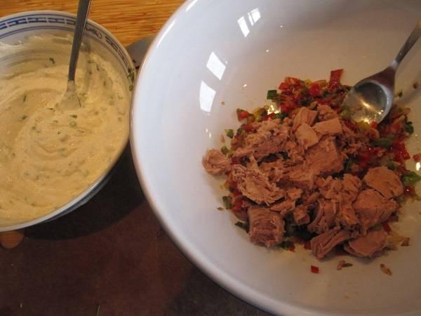 5. Консервированный тунец без масла соединить с обжаренными овощами. В смесь лука и цедры добавить рикотту.