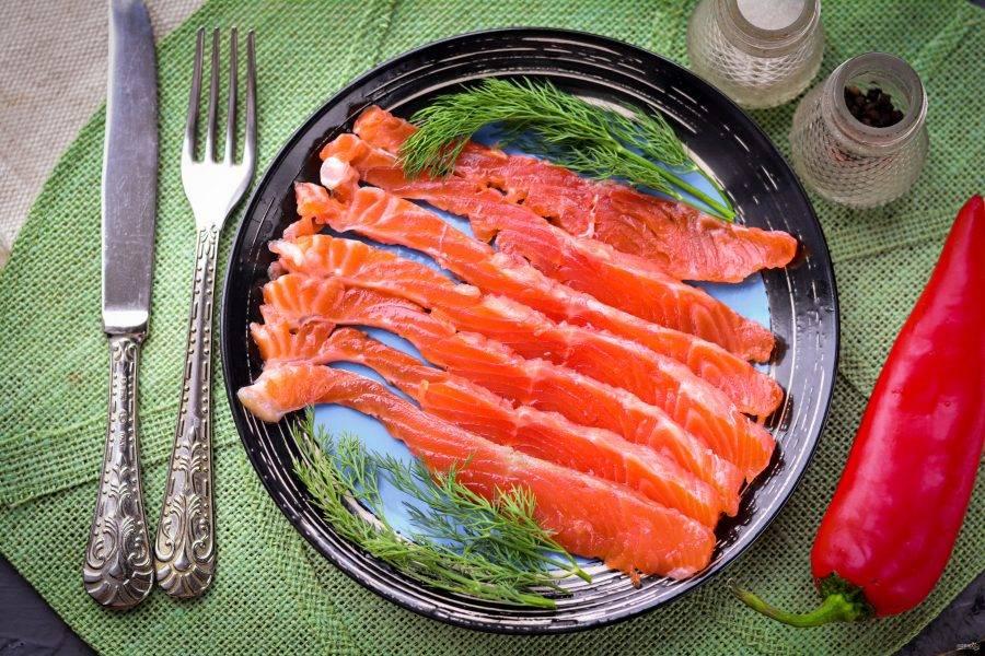 Нарежьте филе семги на тонкие кусочки, срезая с кожи. Рыбка получилась малосольной и такой вкусной! Приятного аппетита!