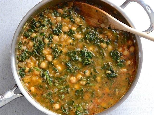 6.Влейте овощной бульон и перемешайте содержимое, доведите до кипения.