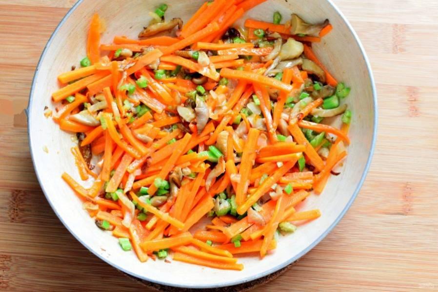 Грибы нарежьте соломкой и обжарьте с шинкованным луком до позолоты. Добавьте морковь соломкой и немного сельдерея, еще немного обжаривайте вместе, помешивая и не слишком зарумянивая.