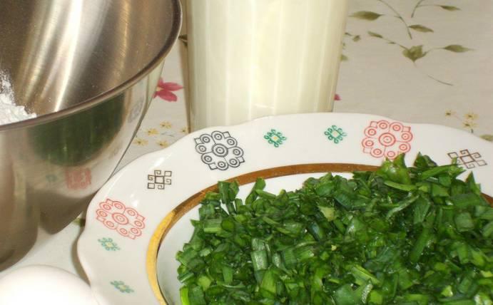 Промываем и измельчаем зеленый лук.