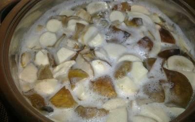 4. После этого отвариваем грибы в слегка подсоленной воде. Первую воду лучше слить и варить грибы во втором бульоне.  Варите их до готовности около 1 часа. По окончанию варки слейте их и оставьте в дуршлаге, чтобы ушла вся лишняя влага.