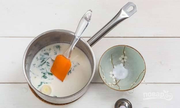 Сделайте соус. В сотейник влейте молоко, добавьте лавровый лист, мускатный орех, мелко нарубленную петрушку, лук-порей, тимьян и 1/3 чеснока. Доведите соус до кипения. А потом оставьте его на 10 минут остывать.