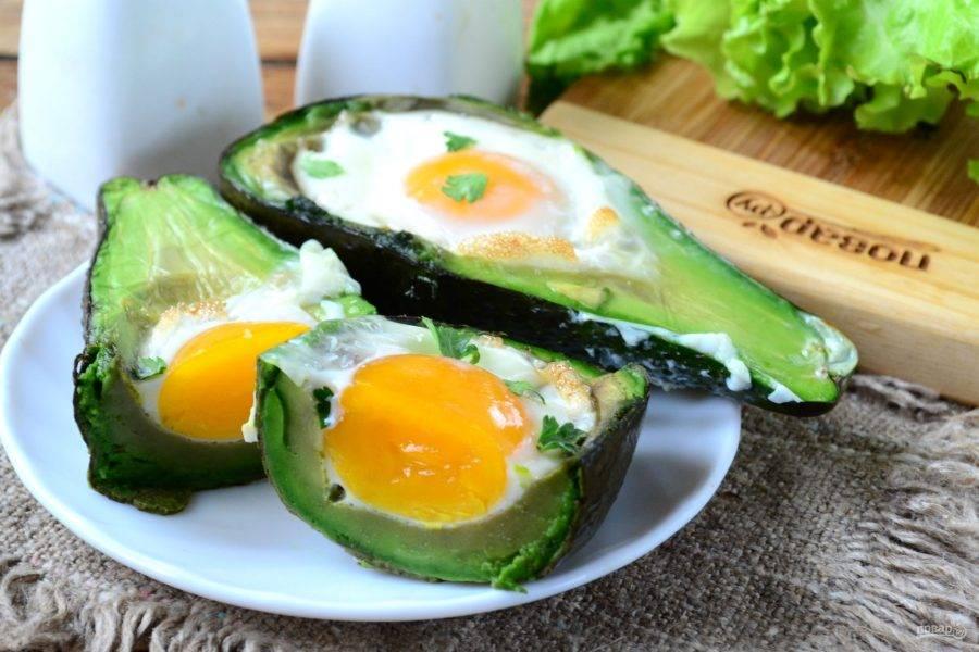 Вот и все, яичница в авокадо готова. Подавайте ее с любимым соусом и приятного аппетита!