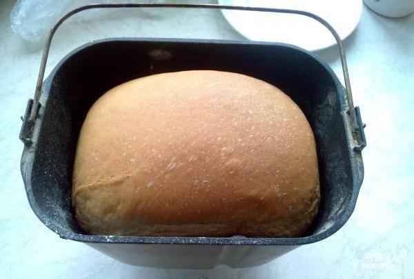 Ровно через четыре часа хлебушек готов, его нужно вынуть из хлебопечки.