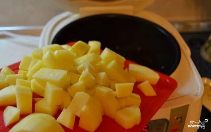 Картошку порежьте кубиками. Добавьте картошку к фаршу с овощами, перемешайте. Поставьте чайник кипятиться.