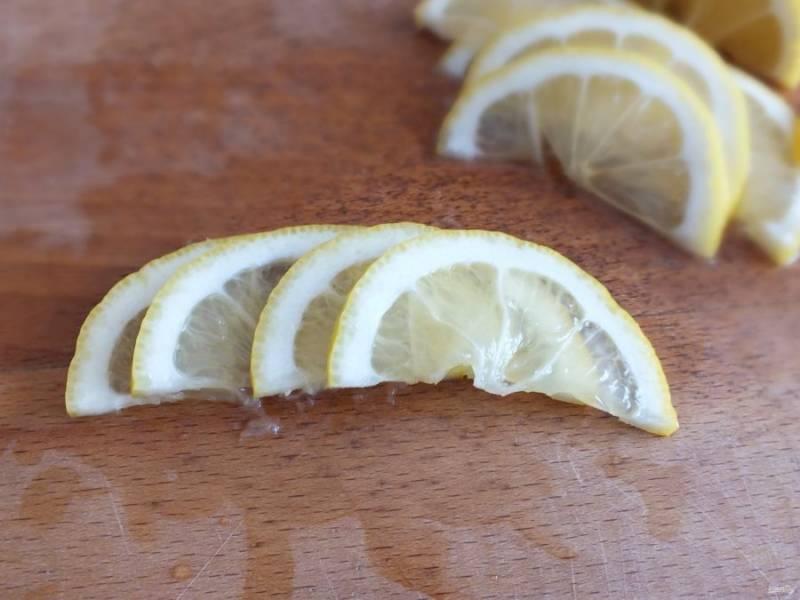 Ломтики лимона сложите в ряд внахлест.